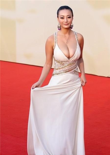 Nữ diễn viên của bộ phim cấp 3 Nhất lộ hướng Tây cười tự tin nhưng chiếc váy cô mặc lại quá phản cảm.