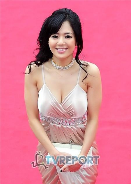 Aoi Sola rạng rỡ trên thảm đỏ LHP Hàn Quốc.