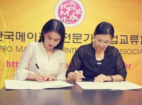 Ký hợp đồng với đối tác Hàn Quốc.