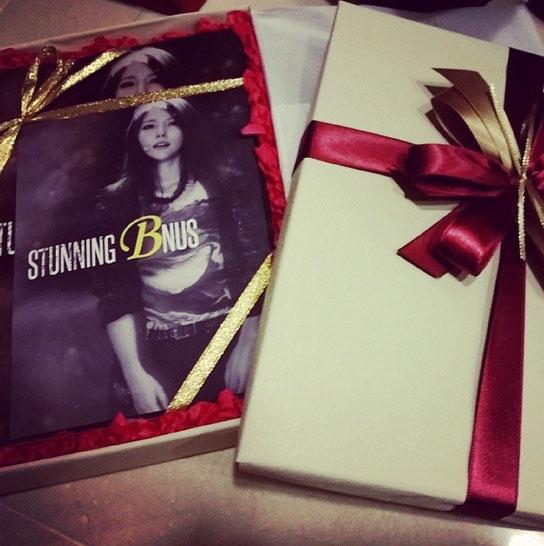"""Nữ hoàng Kpop, BoA, đã chia sẻ bức ảnh về một món quà đặc biệt mà cô vừa nhận với lời nhắn: """"Cám ơn rất nhiều về cuốn sách ảnh được làm bởi Made in B. Chắc phải rất khó khăn mới có thể chụp được những bức ảnh như thế này, tôi nghĩ rằng với tôi đây sẽ là một món quà quý giá.. Cám ơn và cám ơn""""."""