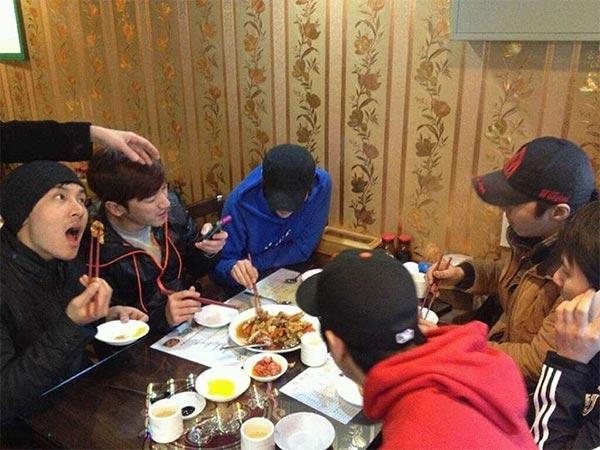 """Shinhwa đã chia sẻ một bức ảnh trên Facebook với lời nhắn: """"Đây không phải là một sự lặp lại""""."""