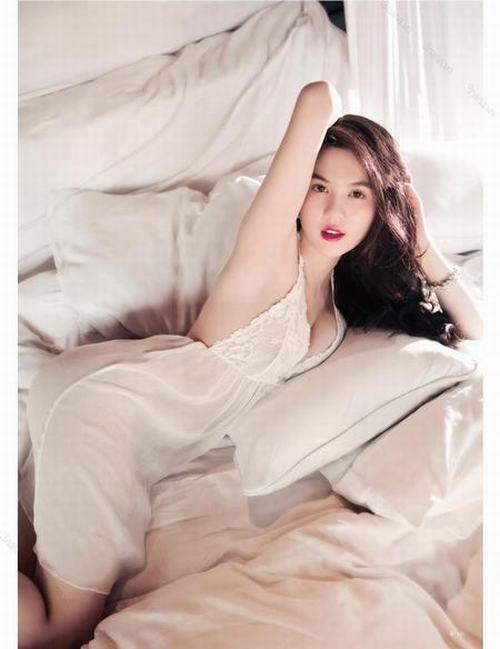Một bức hình giường chiếu gợi cảm của Ngọc Trinh