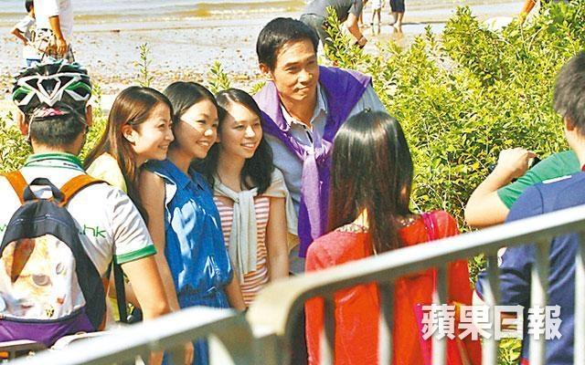 Trần Hào và Hồ Hạnh Nhi thân thiết trên phim trường
