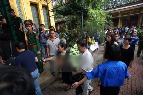Anh được người nhà tướng Giáp đưa vào viếng, tuy nhiên người dân không hiểu lại cho rằng anh không chịu xếp hàng - Tin sao Viet - Tin tuc sao Viet - Scandal sao Viet - Tin tuc cua Sao - Tin cua Sao