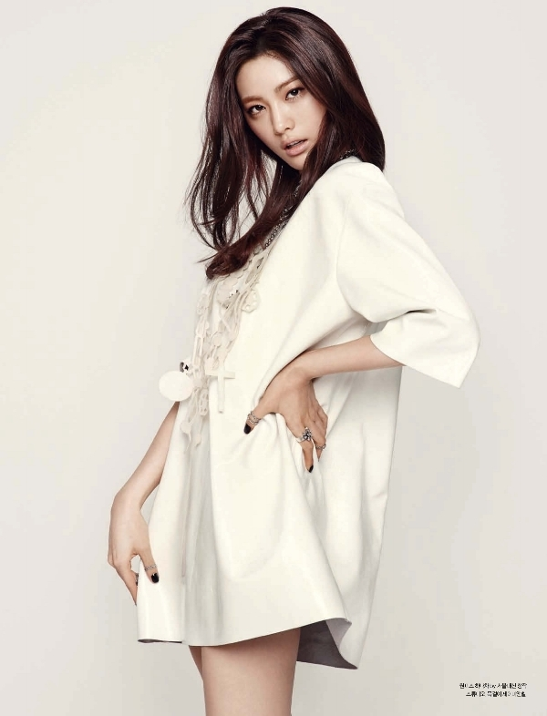 Nana (After School) quyến rũ nhẹ nhàng trong sắc trắng tinh khôi