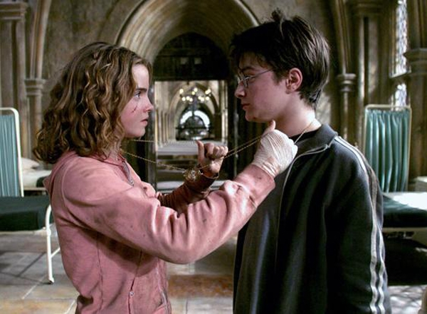 Đồng hồ quay ngược thời gian của Hermione trong bộ phim Harry Potter và tù nhân ngục Azkaban.