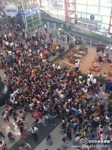 Fan cuồng EXO bao vây thần tượng ở sân bay