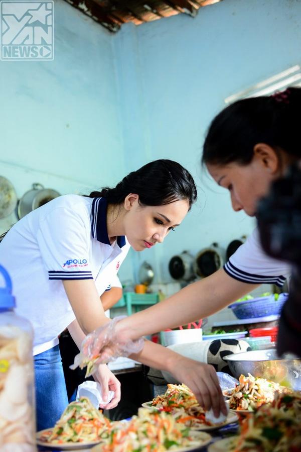 Ca sĩ trẻ MLee cũng đến với buổi từ thiện, nữ ca sĩ rất tháo vát trong việc bếp núc và trò chuyện rất thân tình cùng các nghệ sĩ lão thành.             Các nghệ sĩ trẻ tự tay làm thức ăn và phục vụ đồ ăn cho những nghệ sĩ lão thành - Tin sao Viet - Tin tuc sao Viet - Scandal sao Viet - Tin tuc cua Sao - Tin cua Sao