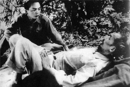 Trên đường đi chiến dịch Biên giới 1950, Đại tướng Tổng tư lệnh Võ Nguyên Giáp thăm Chủ tịch Hồ Chí Minh.