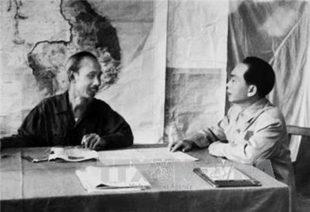Đại tướng Võ Nguyên Giáp báo cáo tình hình chiến dịch Điện Biên Phủ với Chủ tịch Hồ Chí Minh.