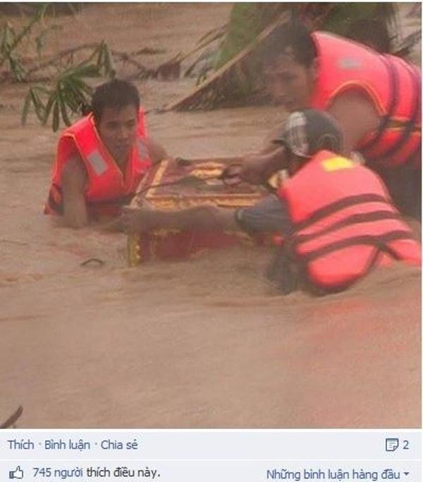 Đau xót cảnh đưa quan tài đi tránh bão lũ miền Trung