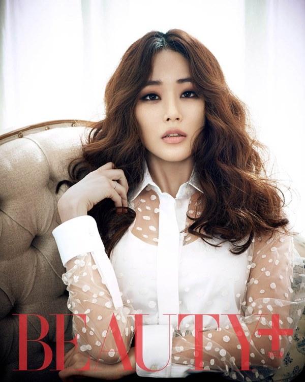 Kim Hyo Jin quý phái với đầm đen trắng trên tạp chí Beauty+