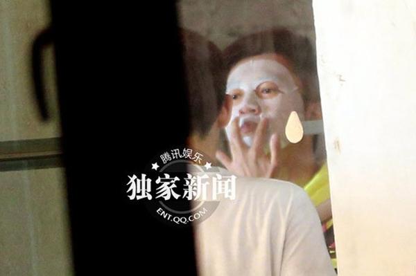 Tô Hữu Bằng còn tranh thủ vừa đi vừa đắp mặt nạ.