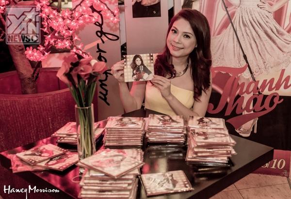 Cô bắt đầu một ngày làm việc bằng buổi họp mặt FC để ký tên lên những chiếc CD mới phát hành. Hát tặng cho FC nghe những ca khúc mới. - Tin sao Viet - Tin tuc sao Viet - Scandal sao Viet - Tin tuc cua Sao - Tin cua Sao