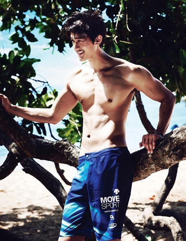 Lee Ki Woo khoe body khỏe khắn lướt sóng giữa biển xanh