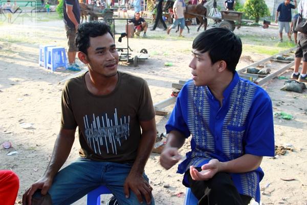 Người dân bản địa hướng dẫn Trấn Thành cách phát âm chính xác tiếng Campuchia. - Tin sao Viet - Tin tuc sao Viet - Scandal sao Viet - Tin tuc cua Sao - Tin cua Sao