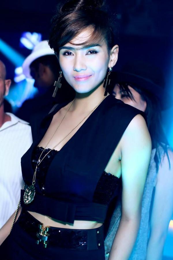 Hoàng Yến cũng góp mặt tại ACE trong trang phục xẻ sâu cá tính