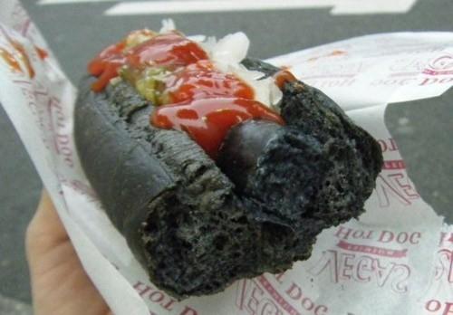 Độc lạ món bánh mì xúc xích đen như than