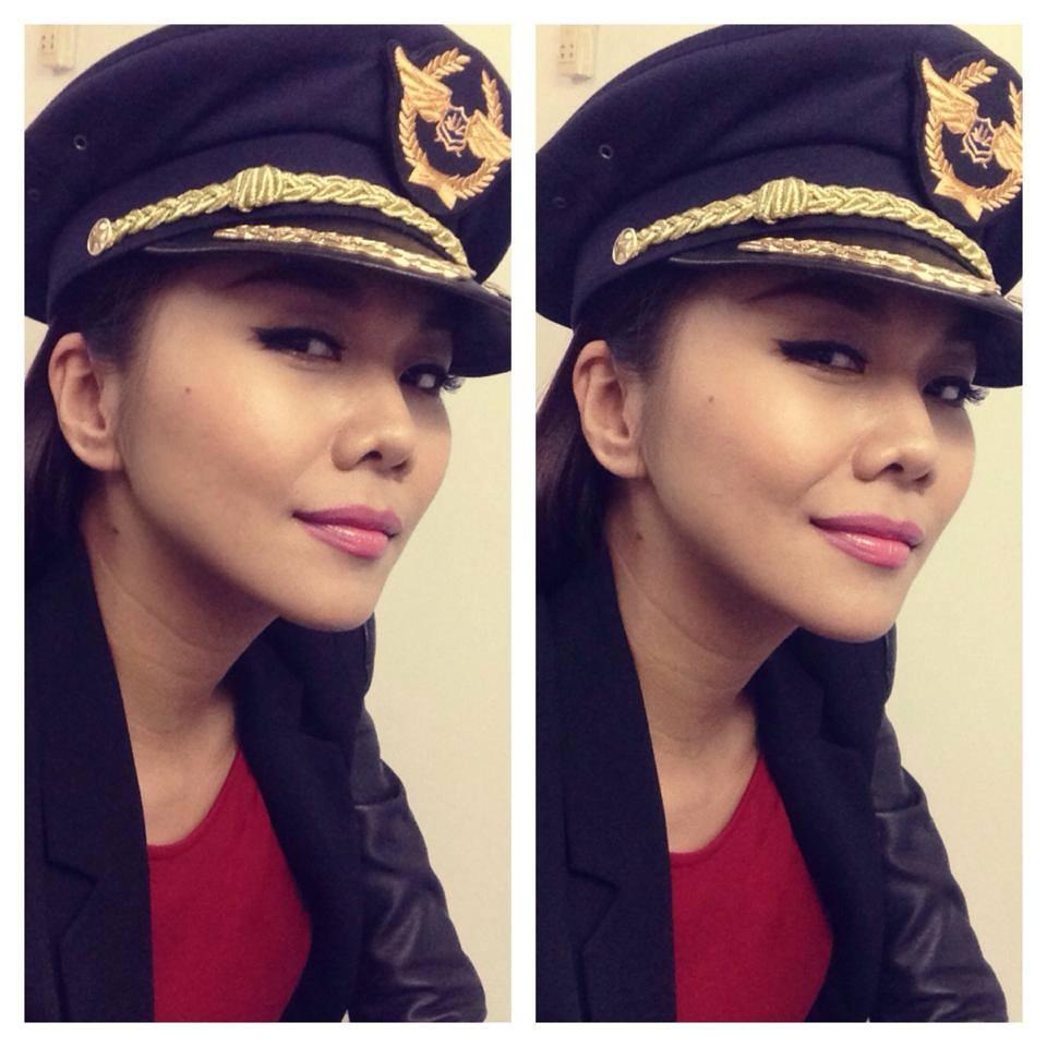 """Siêu mẫu Thanh Hằng vừa đăng tải 1 bức ảnh lên trang cá nhân và cô tự gọi mình là """"taxi driver"""" (tài xế lái taxi)"""