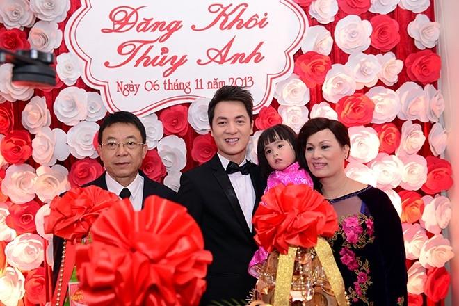 Đăng Khôi hạnh phúc bên cha mẹ và cháu gái (con của Đăng Nguyên)trước khi lên đường sang nhà Thủy Anh làm lễ ăn hỏi - Tin sao Viet - Tin tuc sao Viet - Scandal sao Viet - Tin tuc cua Sao - Tin cua Sao