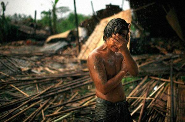 Hhaing The Yu, 29 tuổi, đã ôm mặt bật khóc khi đứng trước sự đổ nát của ngôi nhà của mình, gần thủ đô Yangon của Myanmar sau khi bị bão tấn công. Vào tháng 8 năm 2008, cơn bão Nargis đã tấn công miền nam Myanmar, để lại hàng triều người vô gia cư và cưới đi hơn 100.000 mạng sống.