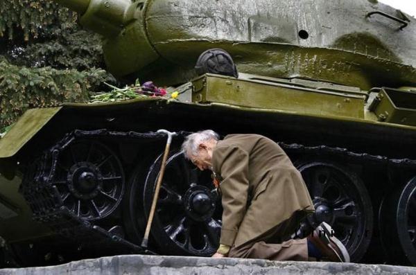 Một cựu chiến binh đã tìm lại được chiếc xe tăng cũ của Nga đã cùng ông đi qua cuộc chiến tranh thế giới thứ 2 trong một thị trấn nhỏ ở đất nước này.