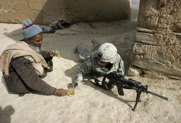 Một người đàn ông Afghanistan cung cấp trà cho binh lính