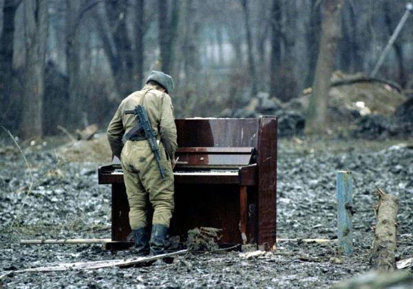 Một người lính Nga bên cạnh một cây đàn piano bỏ hoang ở Chechnya năm 1994