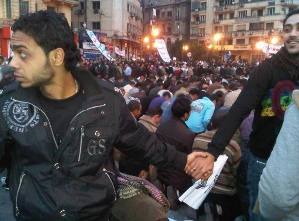 Những người theo Thiên Chúa giáo đã tạo thành một vòng bảo vệ những người Hồi giáo trong buổi cầu nguyện của đạo Hồi trong cuộc nổi dậy ở Cairo, Ai Cập giữa năm 2011