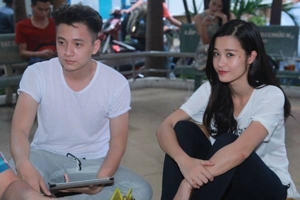 Đông Nhi ăn mặc giản dị nhưng không kém phần xinh xắn trong khi tập kịch cho liveshow sắp tới của Ngô Kiến Huy