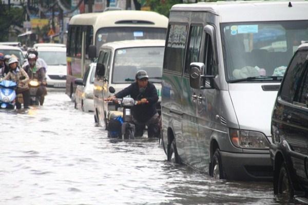 """Áp thấp khiến Sài Gòn thành sông, người dân """"lội"""" trong biển nước"""