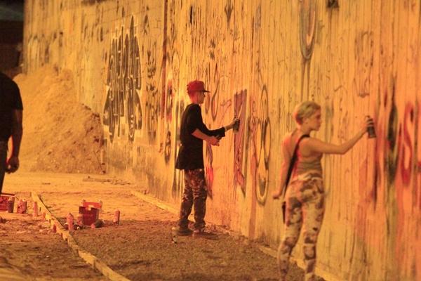 Justin Bieber vẽ graffiti