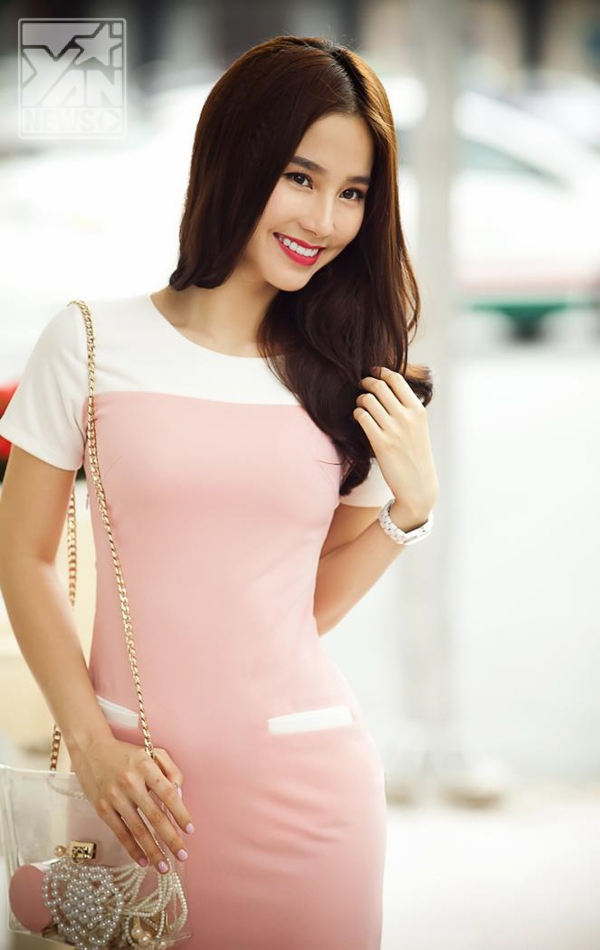 Cô thường chọn những bộ trang phục nhẹ nhàng, nữ tính và phù hợp với vẻ tiểu thư của mình.