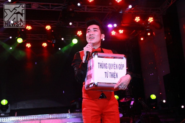 Quang Hà ôm thùng từ thiện đi kêu gọi ủng hộ miền Trung