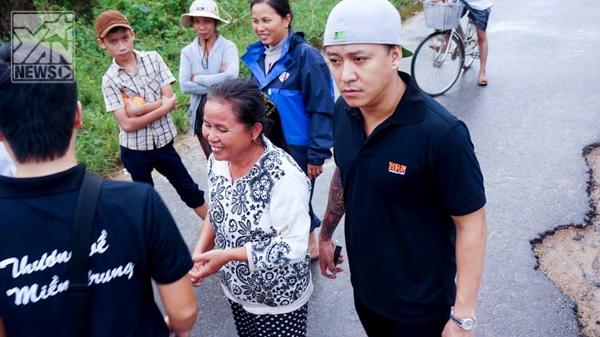"""Tuấn Hưng về """"rốn lũ"""" miền Trung giúp đỡ đồng bào - Tin sao Viet - Tin tuc sao Viet - Scandal sao Viet - Tin tuc cua Sao - Tin cua Sao"""