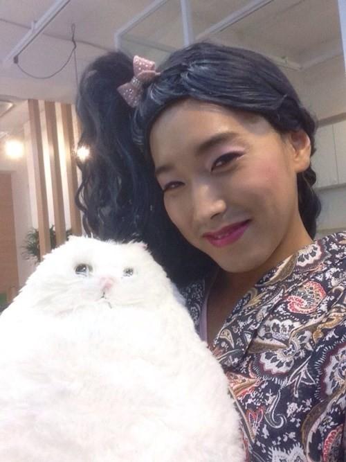 Super Junior uốn éo với tạo hình nữ trong hậu trường