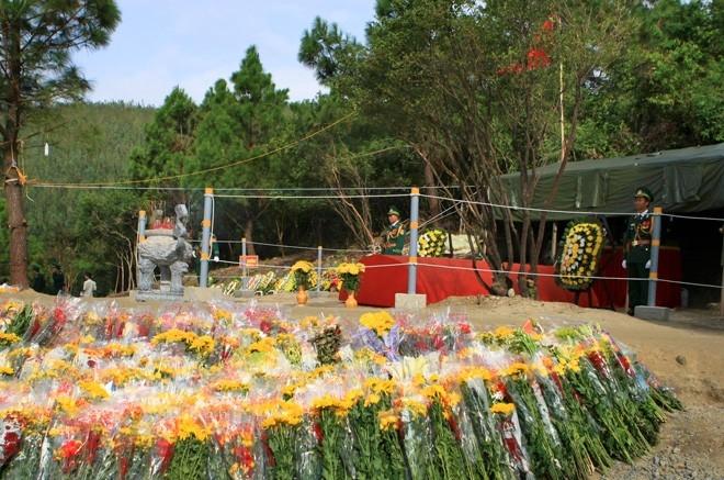 Hoa tươi luôn ngập quanh khu mộ suốt 5 tuần qua