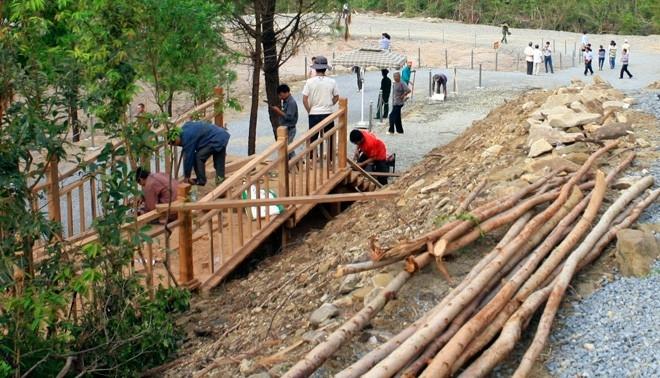 Lối đi riêng bằng gỗ đang được hoàn thành