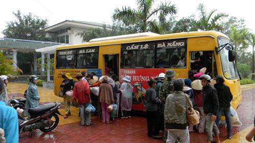 Người dân ôm mềm, chiếu, chăn gối đồ đạc đi ra xe buýt để trở về nhà