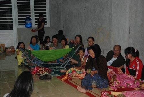 Hàng trăm người dân Đà Nẵng thức trắng đêm lo sợ vì cơn bão có thể ập đến bất cứ lúc nào.
