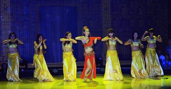 """Nhảy quá sung, Ngân Khánh """"lộ hẳn vòng 1"""" trên sóng truyền hình"""