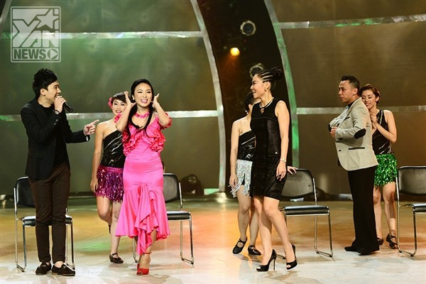 """Thu Minhđã cùng 2 vị giám khảo còn lại và MC Trấn Thành biểu diễn ngẫu hứngtrong ca khúc """"I'm looking for something"""" với phần tham gia """"phụ họa"""" của Top 5 thí sinh nữ. Tiết mục này nhận được sự ủng hộ vô cùng nhiệt tình từ phía khán giả."""