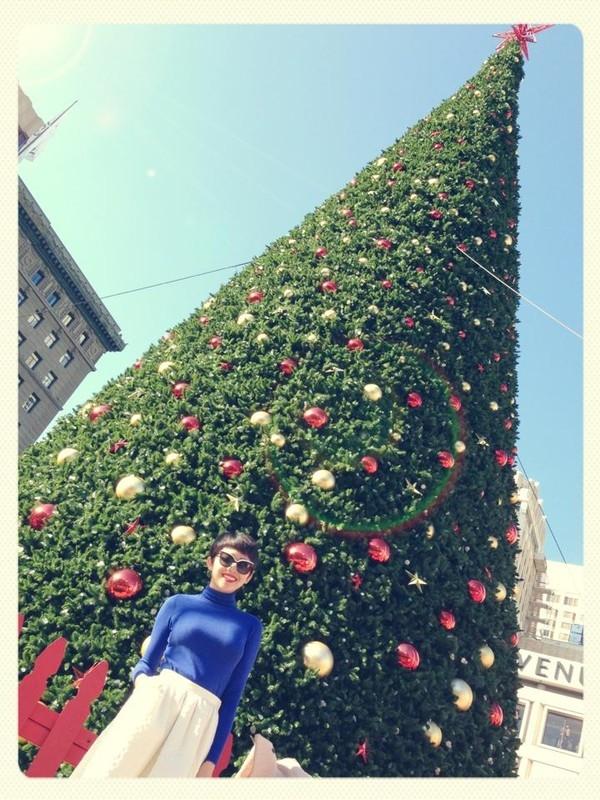 Tóc Tiên tạo dáng bên cây thông Noel khổng lồ.