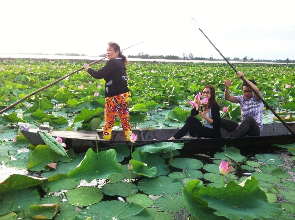 Quang Bảo – Kim Nhã thích thú câu ếch trong đầm Sen