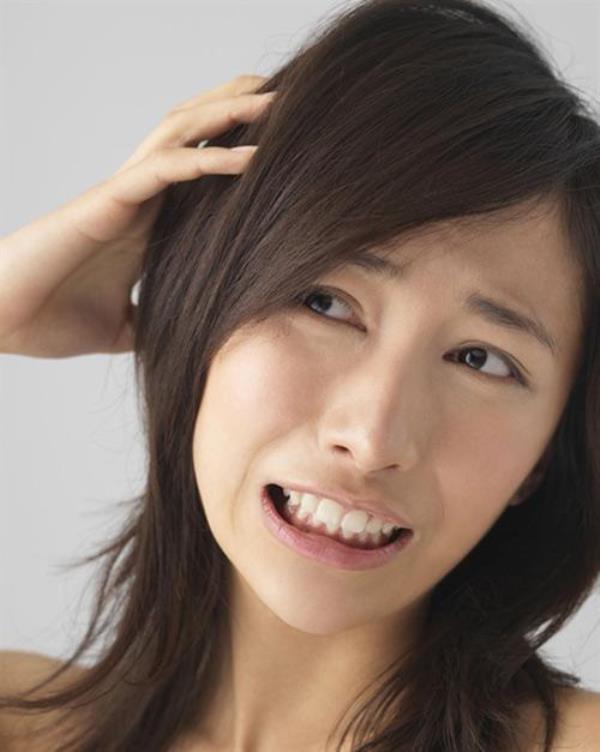 Gàu sẽ không còn là vấn đề với bạn nếu bạn dùng giấm táo để chăm sóc mái tóc của mình.