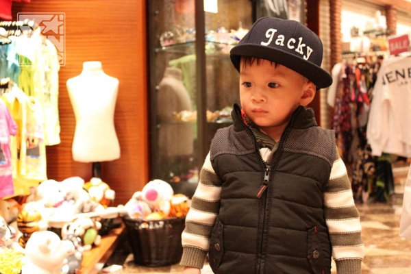 """Ngay từ bé, Jacky đã được mẹ Thảo và mẹ Thụy Anh cho diện những trang phục cực chất.   Làm xấu cực đáng yêu này!     Jacky say mê tô màu hình vẽ, có kèm sự sáng tạo thêm khi cu cậu vẽ thêm vào bức hình... một vài chi tiết     Thẫn thờ với sức hút của những món đồ chơi độc đáo   """"Mẹ Thảo ơi, Jacky muốn nuôi cún lắm rồi!"""""""