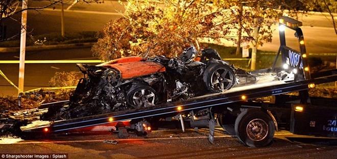 Cảnh sát di dời chiếc xe gây tai nạn ra khỏi hiện trường