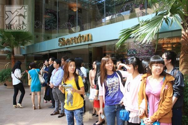 Ngô Trác Hy khiến fan Việt náo loạn ở sân bay Tân Sơn Nhất