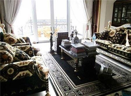 Nội thất trong nhà với phong cách hoàng gia Châu Âu rất quý phái. Rất nhiều các đồ nội thất có hình dáng lạ và được phủ một lớp màu vàng bên ngoài tạo nên vẻ xa hoa, lộng lẫy.