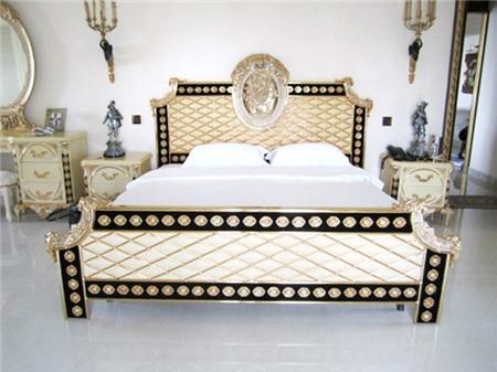 Phòng ngủ rất sang trọng nhưng có phần hơi lạnh lẽo và 'cứng' khi sử dụng phần lớn là các gam màu sáng. Sẽ rất tuyệt vời khi sử dụng thêm giấy dán tường họa tiết hoàng gia kèm theo đó là lát sàn gỗ để mọi thứ trở nên hoàn hảo.